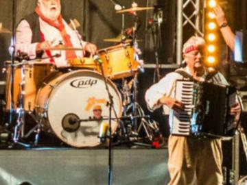 The Wurzels playing live at Bath Racecourse.